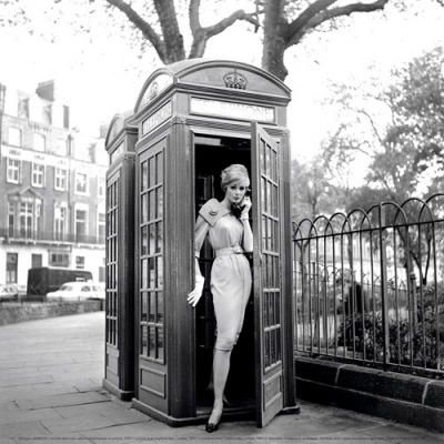 Lucinda dans une cabine téléphonique à Londres, 1959