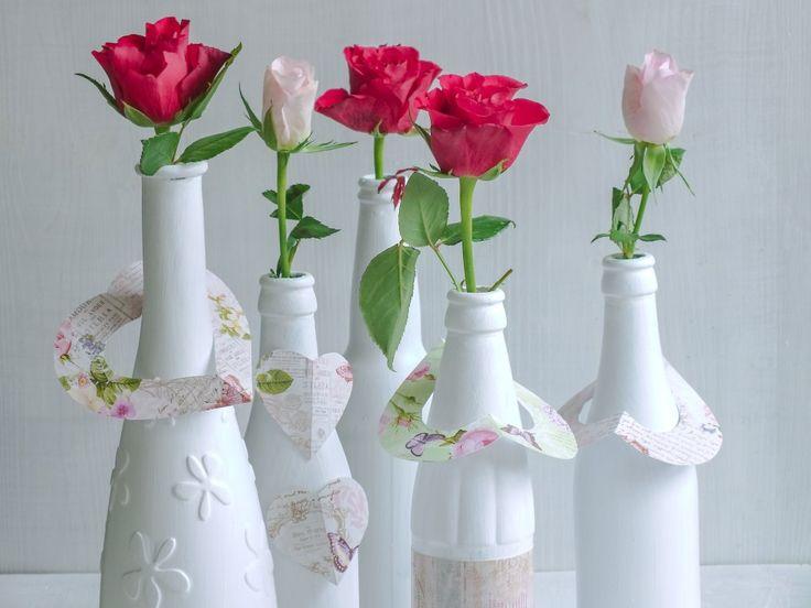 Schováváte si hezké láhve, které je vám líto vyhodit? Zrecyklujte je a udělejte z nich moderní vázy.