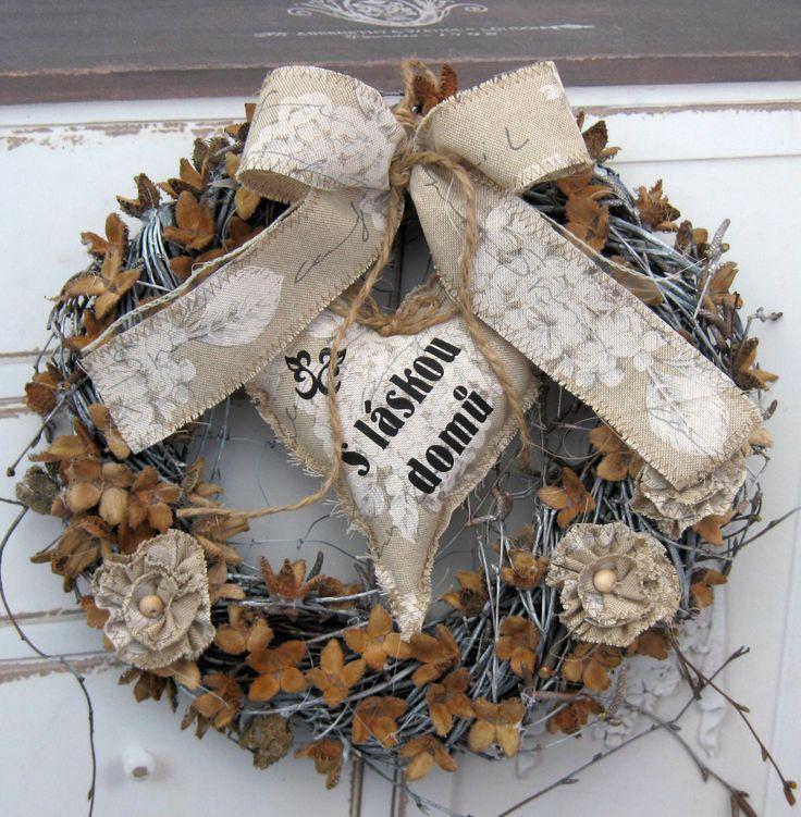 Láska k domovu Věneček z proutí a bukvic, látkové srdíčko, květy, průměr