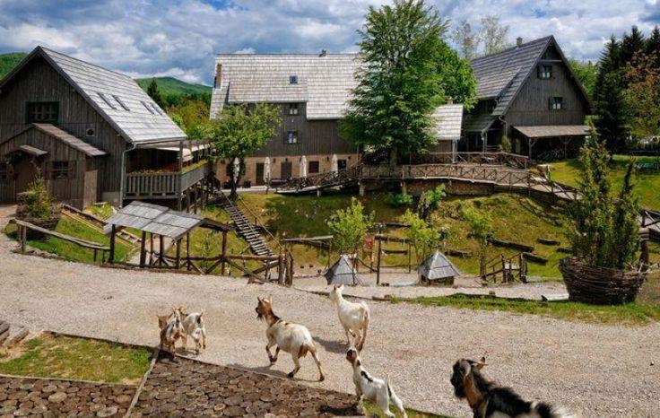 Pas facile de savoir où dormir en famille avec les enfants pour visiter le Parc national de Plitvice en Croatie. 99% des hébergements les plus proches se trouvent au bord de la route principale du village. Il en reste 1% perdu dans la forêt à l'intérieur du Parc, à Plitvice Selo. Vous l'aurez compris, nous avons opté pour cette deuxième solution et dormi dans un hôtel dont les enfants me parlent encore : le Plitvice Selo Ethno Houses, une adresse idéale pour les familles.