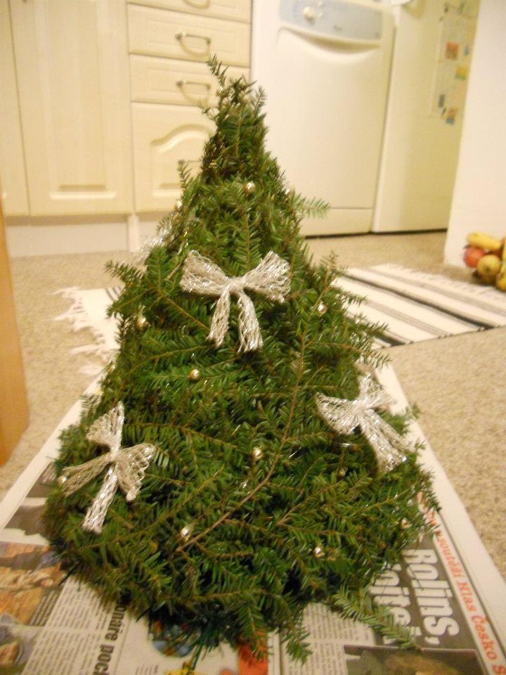 Vánoční stromek z drátků a větviček