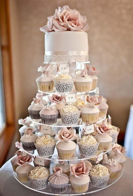 カップケーキのウエディングケーキはいかがですか?!ほかの人とはひと味違うウエディングケーキにしたい!という方にオススメです♡ カップケーキといっても、中身はケーキのようにオリジナルのフィリングが詰まっていて、とっても美味しいんです。 Life Love Suger それに綺麗にデコレーションしたカップケーキは、こんなにキュート♡ こんな可愛いカップケーキはプチギフトとしてもゲストに喜ばれそうですよね! メッセージカードを付けてゲストテーブルに飾れば、素敵なテーブルデコレーショになってくれるし、テーブル席に座ったゲストもとっても嬉しいはず☺ Cake Journal カップケーキは、ウエディングケーキとしても大人気♪ フルーツを一杯飾ってラスティック感を出せばガーデンウエディングにぴったりだし、パールや花のデコレーションで宝石のようにすれば、モダンなホテルでのウエディングにも似合います。 Wedding Forward Deer Pearl Flowers Cupcake Elegance Love This Pic…