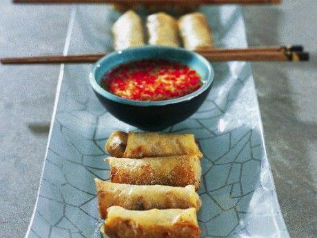 Vårrullar är de små fyllda och friterade rullarna som är vanliga i bland annat Kina, Vietnam och Thailand. Fyllningen i vårrullarna varierar, men det är alltid mycket grönsaker och ofta är de helt vegetariska. De här vårrullarna är små och passar som drinktilltugg, förrätt eller som en av rätterna på en buffé. Såsen med fisksås, lime och chili som hör till serveras i små skålar. Vid servering doppar man en vårrulle i taget precis innan man äter den. Den speciella tunna vårrulledegen i små…