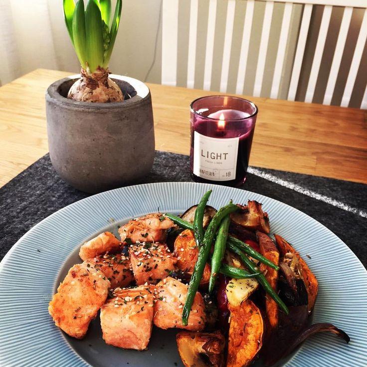 https://www.instagram.com/p/BM_gl_CBjSx/ Smarrig lunch 😋👌!! Sesam lax med rostade grönsaker, sötpotatis och haricots verts! Laddar för ett benpass lite senare i eftermiddag 💪!! #offseason #muskelmat #guiltfree #lax #sötpotatis #rostadegrönsaker #hellonicelunch #tyngre #betterbodieslifestyle