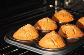 Reteta de briose pufoase cu ciocolata si portocale. Briosele sau muffins sunt usor de facut si numai bune de servit la cafea sau ceai.