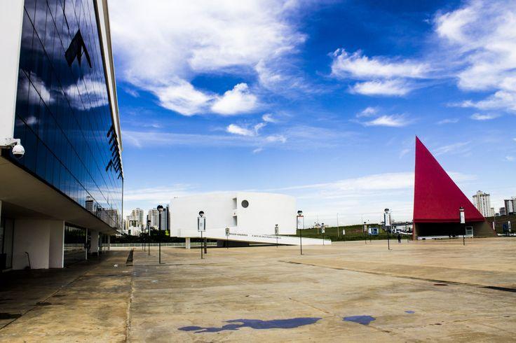 A fascinante arquitetura de Oscar Niemeyer. Complexo Cultural em Goiânia, Goias.  Foto: Italo Vaz