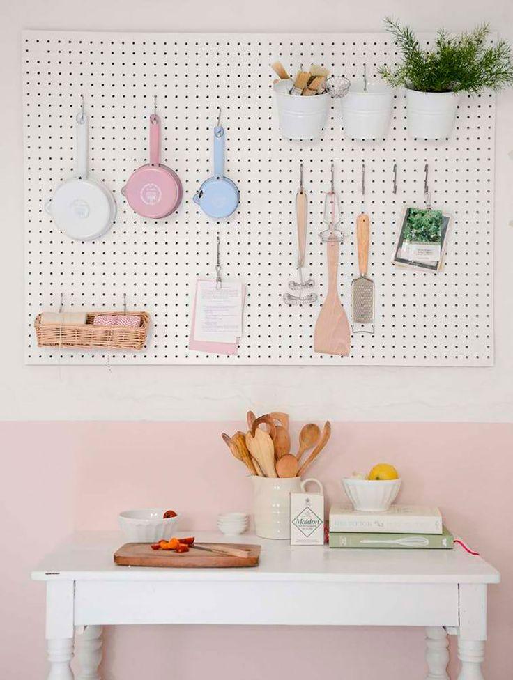 Decoração de apartamento pequeno, mini apartamento, decoração da cozinha com utensilios candy color no pegboard,