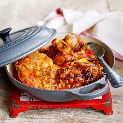Dit Italiaanse gerecht is een echte klassieker. Het varkensvlees stoof je langzaam in de pan met heerlijke groentes erbij. Osso buco is het ultieme Italiaanse comfort food!    1 Snipper de ui, hak de knoflook en snijd wortel en selderij in stukjes....