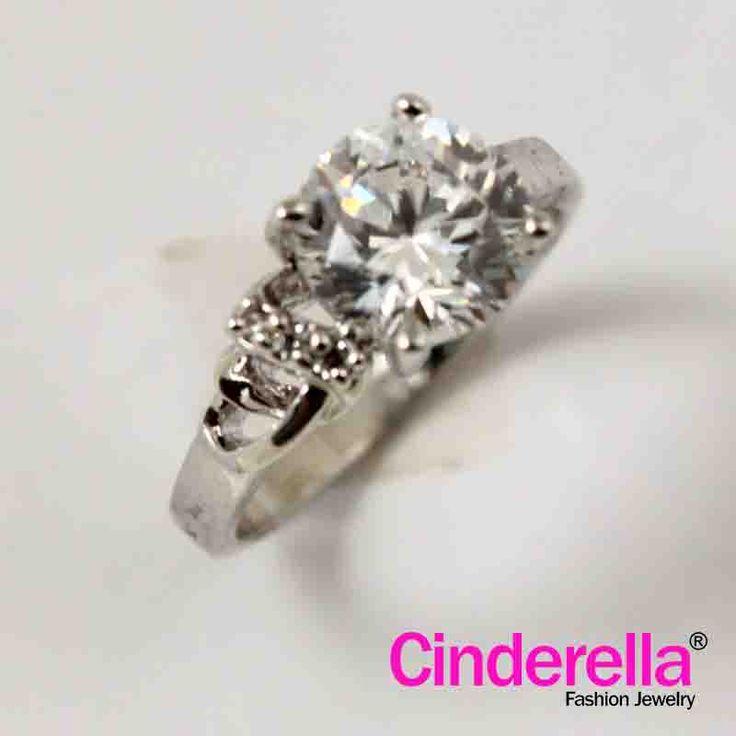 Cincin dengan permata oval, dengan dua jajar permata bulat sampai ke pertengahan lingkar cincin, diapit dengan tekstur logam berupa titik-titik kecil. Cincin yang berbahan dasar logam berkualitas tinggi.
