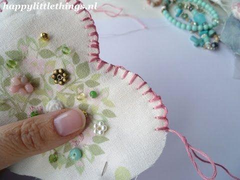 Hier leg ik uit hoe je op een hele makkelijke manier een feston steek kunt maken. Met deze steek kun je ook twee stukken stof aan elkaar naaien. Je werkt ran...