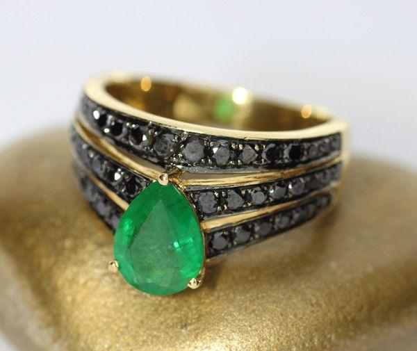 Geelgouden ring bezet met smaragd en zwarte diamanten