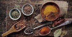 Kruiden en specerijen Rozemarijn en Thijm is 34 jaar geleden begonnen als kruidenspeciaalzaak. Het zal u dan ook niet verbazen dat we een ruim assortiment aan kruiden specerijen en theeën hebben. Ook voor speciale kruidenmengels kunt u bij ons terecht.