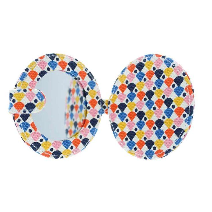 Joli miroir de poche recouvert de canvas sérigraphié coloré et fluo ! Parfait pour un maquillage express en soirée ou remettre ses lentilles.    Petit, il se glissera facilement dans le sac à main ou une poche !    Design Tove Johansson.    D: 9 x 1 cm.   9,90 € http://www.lafolleadresse.com/sacs-enfants/5008-miroir-de-poche-9-x-9-cm-ecailles-orange-fluo-canvas-serigraphie-tove-johansson.html