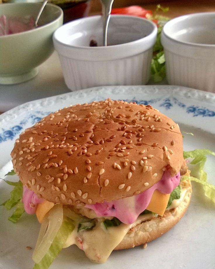 Sydänystävällinen kanahampurilainen. #sydänystävällinen #hamburger #hampurilainen #kanahamppari #itsetehty #instafood #food #foodgeek #foodgasm #foodie #foodblogger #foodporn #foodshare #instagood #foodlover #ruokablogi #ruoka#kotiruoka #herkkusuu #lautasella#kotiruoka #Herkkusuunlautasella