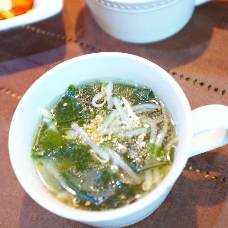家にありがちな、もやしとわかめで作った 簡単な中華スープです!!! 〜材料(3人分)〜 水・・・600ml ☆もやし・・・1/2袋 ☆乾燥わかめ・・・3g ☆創味シャンタン・・・12g 醤油・・・小さじ1杯 塩コショウ・・・適量 ごま油(仕上げ用)・・・小さじ1杯 ■トッピング用 白いりごま・・・1カップに付きひとつまみずつ 〜作り方〜 1鍋に水を入れて加熱し、沸騰したら☆を加え、一煮立ちさせる 2醤油・塩コショウで味を整え、仕上げにごま油を回し入れる 3スープボウルに注ぎ、白いりごまを振ったら※、出来上がり! ブログに、生で長持ちする『もやしの保存方法』と 息子の冬期講習弁当をUPしてます! 良かったら覗きに来てください ペコリブログよりどうぞぉ〜♡ 楽しく過ごせたら二重マル〜sachi'sおうちごはん〜 http://ameblo.jp/sachi825/entry-12108551240.html