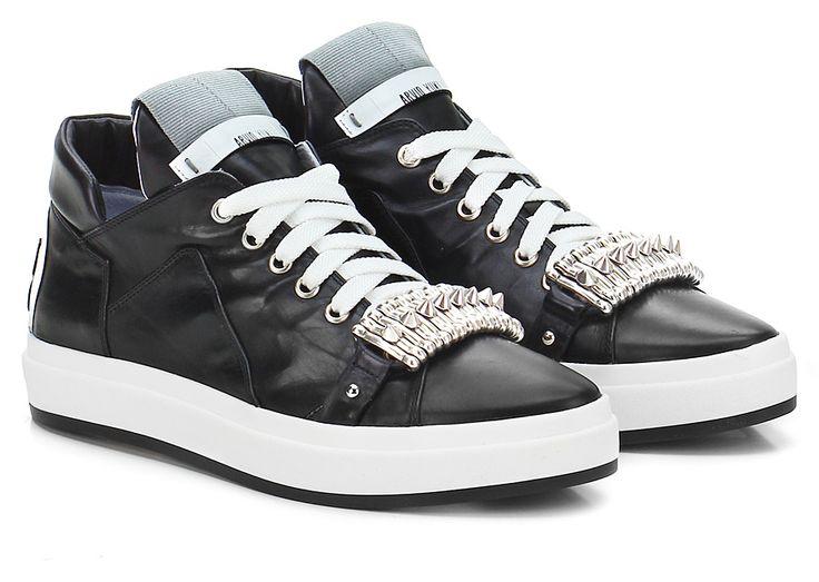 Sneaker in pelle spazzolata con borchie frontali e suola in gomma. Tacco 25. COLOR: NERO DEPARTMENT: Women DESIGNER: SHY