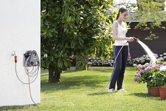 """Mini-set Garden.  Una piccola grande idea: tutto quello che serve per annaffiare un piccolo giardino, in un portatubo """"salvaspazio"""" . Subito pronto all'uso, si può appendere alla parete oppure trasportare a mano dove serve. Completo di tubo, pistola con getto a doccia per il prato e le piante, presa rubinetto e due raccordi automatici, di cui uno con sistema Aquastop.  http://www.claber.it/prodotti/scheda-prodotto.asp?cod=9032"""