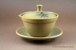 Gaiwan Zhong 150 ml   www.herbatkowo.com.pl  Wysokiej jakości zestaw do zaparzania herbaty na sposób chiński. Filiżanka z dziobkiem i przykrywką oraz spodek. Całość wykonana z ceramiki. Filiżanka ma pojemność 150 ml.