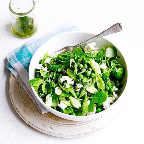 recepten/peultjes-erwtensalade Voor 4 personen - 400 gram peultjes - sap van 2 citroenen - 4 el olijfolie - gehakte munt - 2 handenvol erwtenscheuten - 2 handenvol geblancheerde doperwten - 2 gesneden lente-uitjes - feta
