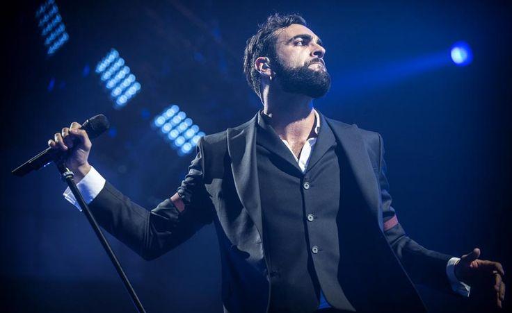 """Il cantante ha fatto tappa alla Casa del Disco in occasione del firma-copie del nuovo disco """"Le cose che non ho"""". Ad attenderlo una folla di persone"""