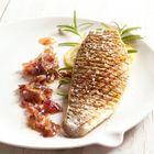 Gegrilde zeebaars met rode uien-kruidenmarmelade - recept - okoko recepten