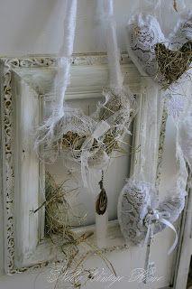 wit gespoten hart van kippengaas aan de schutting en er stro of hooi in voor diertjes, leuk en praktisch