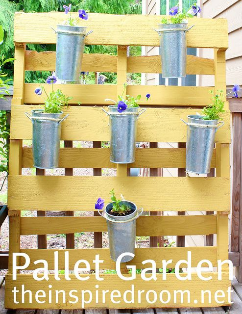 pallet garden: Charm, Gardening Ideas, Pallet Garden, Flower Gardens, Pallets Garden, Gardening Outdoors Ideas, Small Spaces