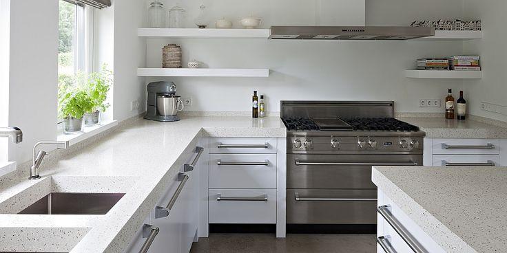 Modern white kitchen, open shelving - Moderne eikenhouten keuken in Naarden Zwevende planken