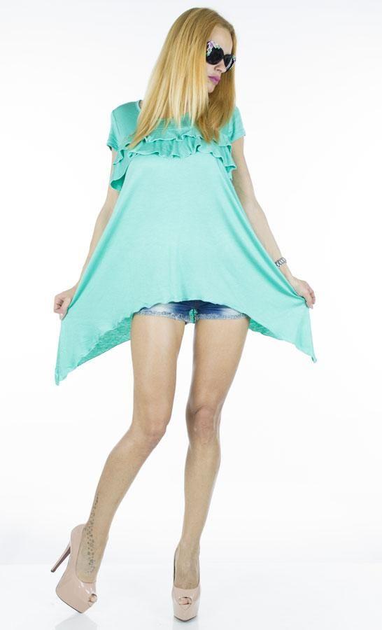 Bluza Dama Star  -Bluza dama ce cade lejer pe corp  -Model inspirat ce poate fi purtata cu usurinta de mai multe tipuri de silueta  -Taietura asimetrica  -Detaliu - volane in partea din fata/sus     Lungime: 64cm  Lungime colt: 95cm  Compozitie: 100%Bumbac