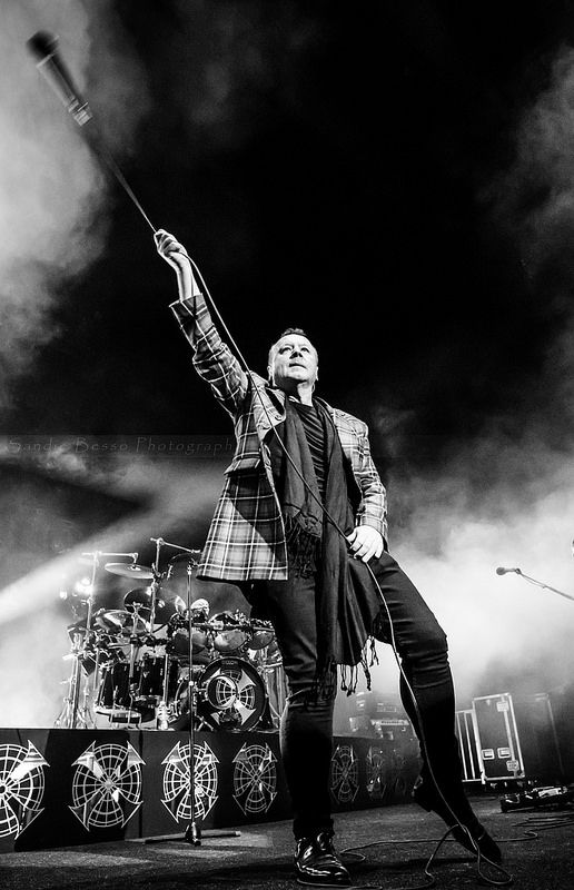 SIMPLE MINDS BIG MUSIC TOUR 2015 Official stage photographer Amphithéâtre 3000, Lyon, France 13/02/2015 by Sandie Besso Photography for any booking, professional & artistic shootings contact me : sandie.besso@gmail.com Paris / France