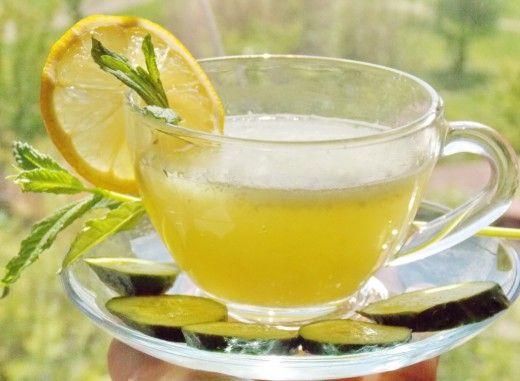 Огуречный лимонад.  Само слово «лимонад» сообщает, из чего готовят напиток – из лимонов, конечно. А как насчёт… огуречного лимонада? Звучит экзотически!  Хотя, если подумать, то для средних широт лимон является более экзотическим плодом, чем огурец. За лимонами нужно отправляться в Турцию… или хотя бы в магазин, а огурчики в изобилии растут на своей грядке. Вот народ и придумал делать освежающий коктейль из огурцов! Тем более, что по составу они идеальны для напитка: огурец на 96% — вода…