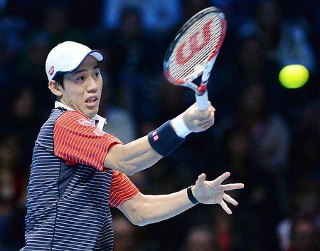 ATPツアー・ファイナルのフェデラー戦でリターンする錦織圭=11日、ロンドン(AFP=時事) ▼12Nov2014時事通信|錦織、フェデラーに完敗=マリーは初勝利-ATPファイナル http://www.jiji.com/jc/zc?k=201411/2014111200079 #ATP_World_Tour_Finals_2014