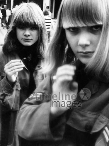 Jugendliche in Kopenhagen, 1965 leicar6/Timeline Images #60s #60er #Mode #Dänemark #Jugend #Youth #Jacken #Uniformen #Fringe