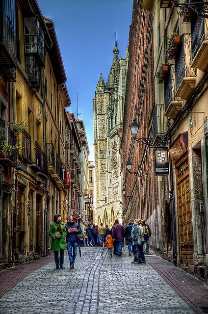 Approaching León Cathedral, Castile and León, Spain