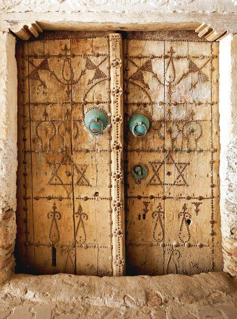 Une porte ancienne de la médina, en bois de palmier.