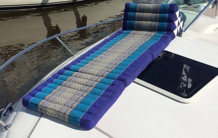 Här njuter du i solen på en härlig thaikudde medans båten glider fram. Glöm inte FLYTVÄSTEN då det är lätt att somna skönt här. Håller du dig vaken så har du mycket bekvämt ryggstöd med en tidning eller en härlig deckare i handen. www.globalxdesign.com