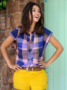 Blouse plaid in shades of purple with yellow shorts - Blusa xadrez em tons de roxo usado com um shorts amarelo
