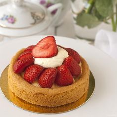 Heerlijke aardbeientaart, niet met een klassieke crème pâtissière of banketbakkersroom, maar met passievruchtencrème, wat het net iets spannender maakt!