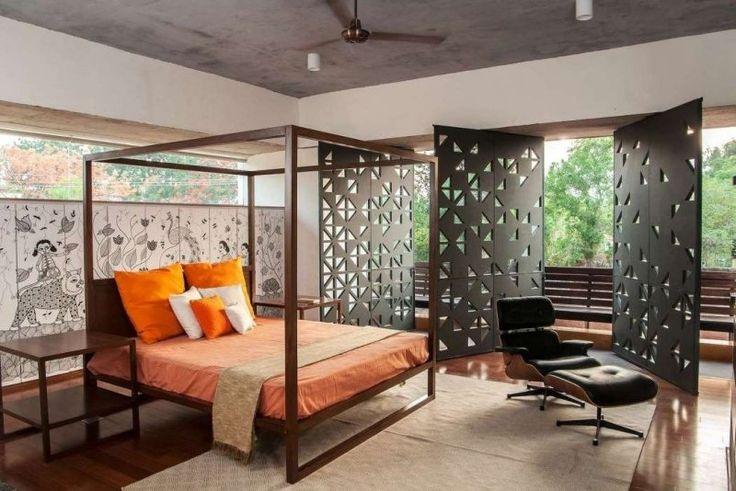 lit baldaquin moderne et panneaux pivotants dans la chambre