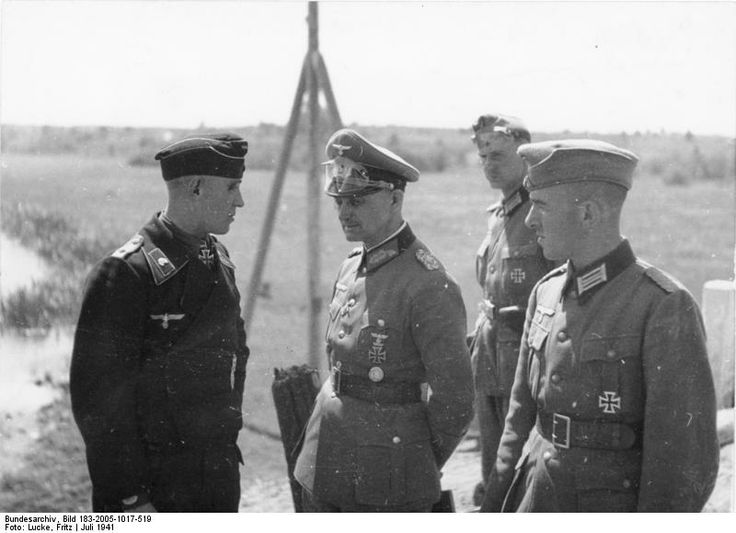 Generalleutnant Walter Model (3.Panzer commander-Division) in front of Slutsk the German invasion of Russia, July 1941. Panzertruppen (black jersey tank troops) were Oberleutnant Ernst-Georg Buchterkirch, Panzer commander who became Nobel Spitzenkompanie first Knight of 3.Panzer-Division! The model is being questioned about the results Buchterkirch attack had just done.