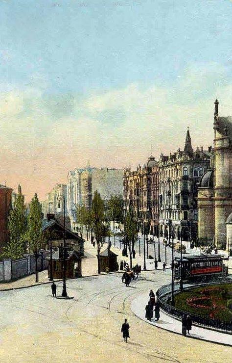Na barwnej pocztówce z roku 1914 widzimy ulicę Marszałkowską od Placu Zbawiciela w kierunku południowym. Po prawej stronie za kościołem możemy zobaczyć kamienice nr 31, 33 i 35. Po lewej stronie zaś nasz wzrok skupia mur koszar Litewskiego Pułku Lejbgwardii oraz drewniany budynek również należący do tego pułku. Fot.Warszawy historia ukryta