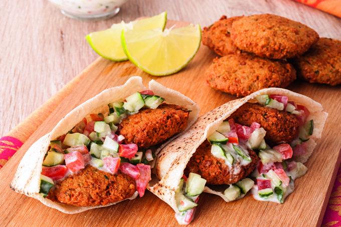 Receita árabe, o faláfel nada mais é do que um bolinho, frito ou assado, à base de grão-de-bico. Experimente!