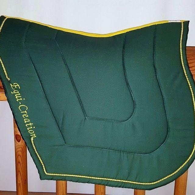 Tapis Auster Forme mixte Tissus vert sapin Cordelette jaune Double broderie…