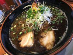 前から気になっていた北九州市のラーメン屋さん麺屋新月にいってきましたぁ(ω) テレビでも何回も紹介された有名なお店で冷たい麺と温かい麺がありますが断トツおすすめなのは温かい麺 スープの中に麺が入って出てくるから美味しい 魚粉が入っていて濃厚な感じでした() tags[福岡県]