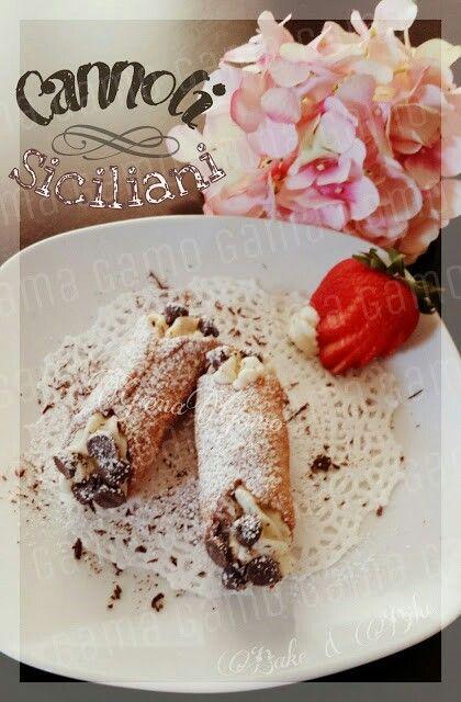 Cannoli Siciliani| ■Para la masa de la concha■ 2.5 tazas de harina • 1/4 taza azúcar• 1 cucharada de sal • 1 cucharada de canela molida• 4 cucharadas de mantequilla fría y en cubos• 2 huevos ligeramente batidos• 5 cucharadas de vino marsala (o puedes sustituirlo por Oporto Merlot o Chianty)•  1 clara de huevo batida (para sellar las conchas)• Aceite necesario para freir• Moldes tubulares para cannolis