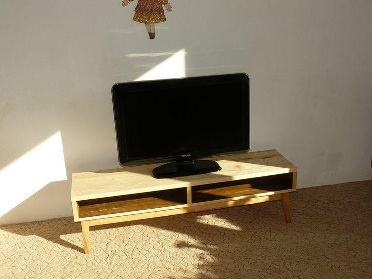 Konferenční stolek - televizní stolek Coffee table - TV stand  Stolek vznikl na základě bukových podnoží, jenž se používaly u starých peříňáků. Peřiňák byl pro svou neúraktičnost v našem bytě rozebrán a podnož přebroušena a nalakována voskovým olejem. Jde tedy o částečně recyklovaný výrobek :) Horní obdelníková část obsahuje odkladací prostor přístupný z obou stran ...