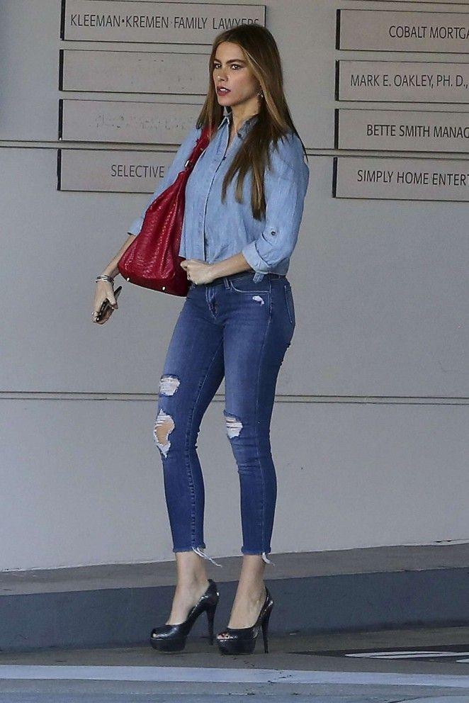 eb6714fa8ca Resultado de imagen para sofia vergara wearing jeans | Work outfit ...