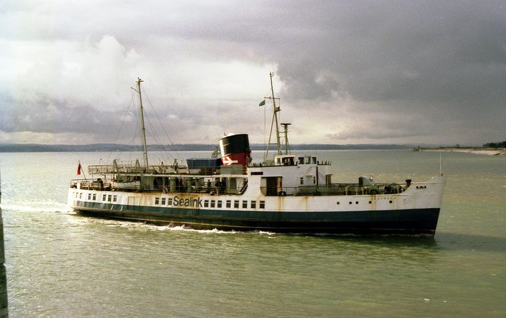 https://flic.kr/p/dUCbU3 | Portsmouth, Isle of Wight ferry, Southsea - 1983 | Portsmouth, Isle of Wight ferry, Southsea passing the Round Tower, Portsmouth - 1983  My photo number 001128