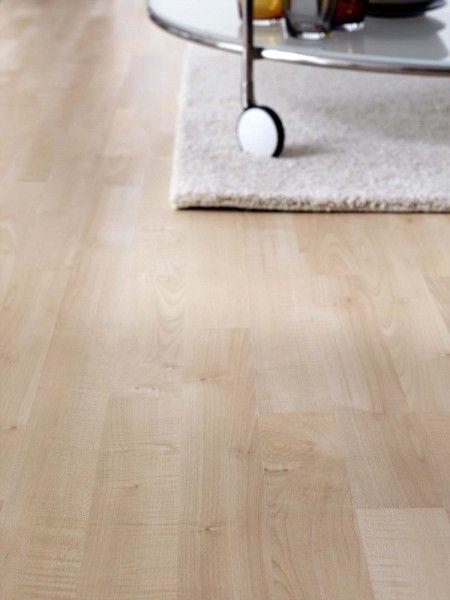 Tundra effetto Acero di Ikea Italia è un pavimento in laminato che si posa a incastro senza colla. Non si scolorisce alla luce del sole e per questo è adatto anche a stanze esposte a una luce naturale intensa. Ogni doga misura L 138 x H 19 cm (spessore 7 mm)