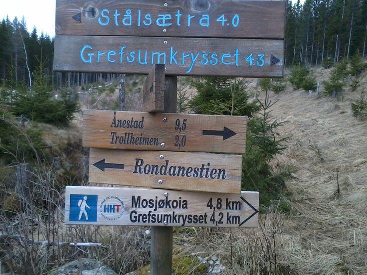 Skiltet står på #Veenssætra#. Mange #turstier# i #Mosjømarka#. Vi gikk fra #Grefsumkrysset# til Veenssætra